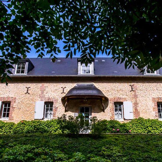 Le Clos de Grâce est un hébergement avec des chambres d'hôtes et un lieu de détente avec un spa.